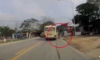 Video: Va chạm với xe đi ngược chiều, xe đạp điện văng thẳng vào gầm container