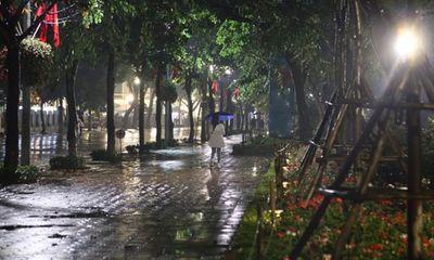 Hà Nội mưa to đêm 30 Tết, hồ Gươm vắng người qua lại chờ ngóng pháo hoa