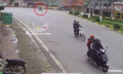Video: Vào cua với tốc độ cực gắt, 2 thanh niên nhận kết đắng chiều mùng 1 Tết