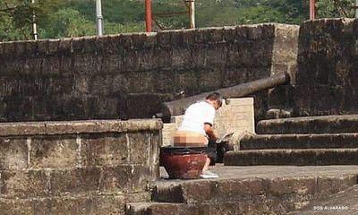 Phẫn nộ bức ảnh người đàn ông có hành động xấu xí ngay tại di tích lịch sử