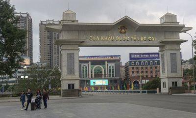 Trung Quốc bàn giao 4 công dân Việt Nam bị sốt về nước điều trị, cách ly