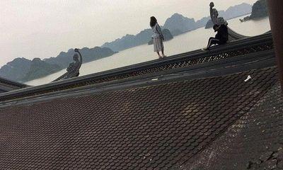 Xôn xao cảnh tượng đôi nam nữ trèo lên mái chùa Tam Chúc chụp ảnh
