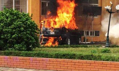 Hà Nội: Ô tô bất ngờ bốc lửa và bị thiêu rụi ở Đền Lừ