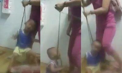 Phẫn nộ cảnh người phụ nữ buộc dây vào cổ bé trai rồi bạo hành