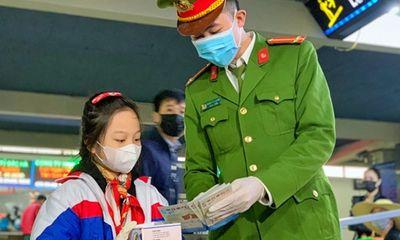 Bé gái từng viết thư cho Thủ tướng, đi phát khẩu trang miễn phí ở bến xe