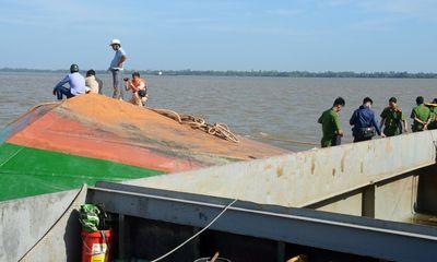 Tìm thấy thi thể 2 cháu bé bị mất tích trong vụ lật sà lan trên sông Hậu