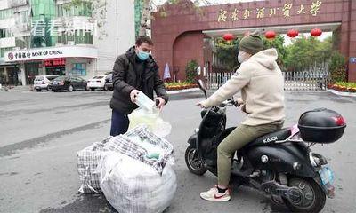 Du học sinh dùng tiền túi mua khẩu trang tặng người dân