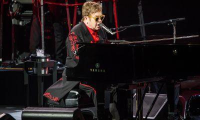 Mất giọng ngay tại buổi biểu diễn, Elton John rời sân khấu trong nước mắt
