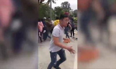 Video: Trộm cắp dùng gạch tấn công khách đi chùa giải vây cho đồng bọn