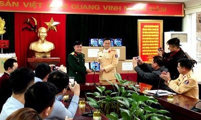 Tặng 10 nghìn khẩu trang, nước rửa tay cho CSGT Hà Nội phòng dịch Covid-19