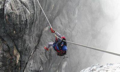 Video: Thót tim cảnh mạo hiểm đi cầu dây lắc lư lên đỉnh núi cao nhất Châu Đại Dương