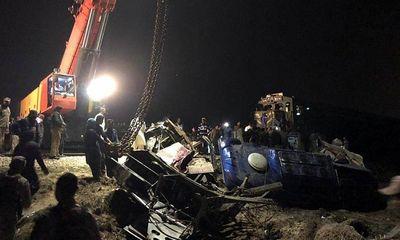 Kinh hoàng tàu hỏa đâm gãy đôi xe buýt, 20 người tử vong