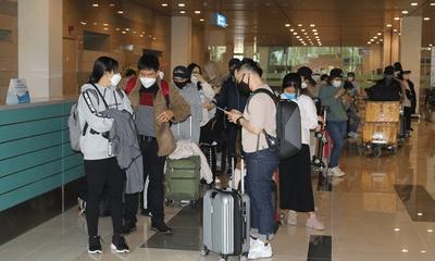 Hành khách về từ Hàn Quốc yên tâm đến khu cách ly khi đáp xuống sân bay Cần Thơ