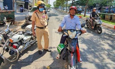 Cảnh sát giao thông tặng tiền cho người đàn ông bị thu xích lô
