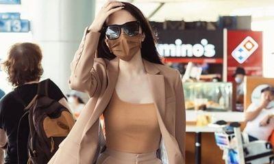 Hương Giang sành điệu đeo khẩu trang cùng màu quần áo, trở thành tâm điểm giữa sân bay đông đúc