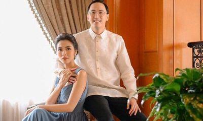 Ông xã Hà Tăng đăng ảnh nắm tay vợ vừa tình cảm vừa sang chảnh như trong phim
