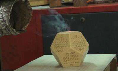 Video: Khắc lịch trên gỗ bán, 2 thanh niên thu về tiền tỷ