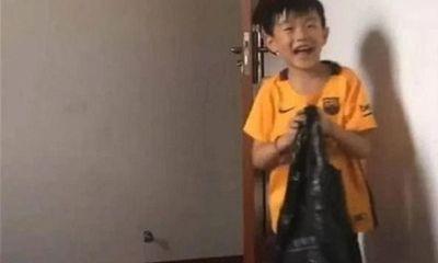 Biết công ty của bố bị phá sản, cậu bé 8 tuổi làm một việc lớn lao khiến cha xúc động nghẹn ngào