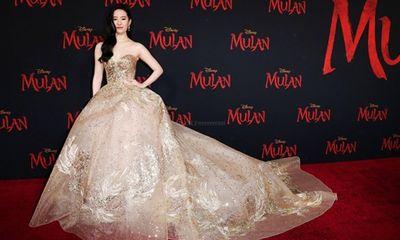 Lưu Diệc Phi diện váy thêu phượng hoàng, khoe vai trần trắng mịn trên thảm đỏ ra mắt