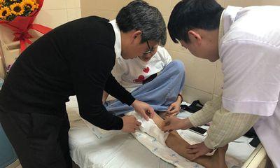 Bệnh nhân đầu tiên đi lại được bằng xương đùi nhân tạo ở Việt Nam