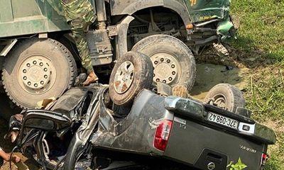 Xe hổ vồ va chạm kinh hoàng với ô tô bán tải, 3 người thoát chết thần kì