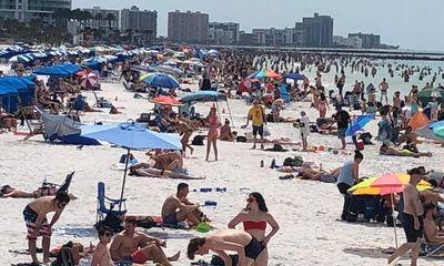 Bất chấp dịch Covid-19, hàng ngàn người dân Mỹ vẫn tụ tập trên các bãi biển