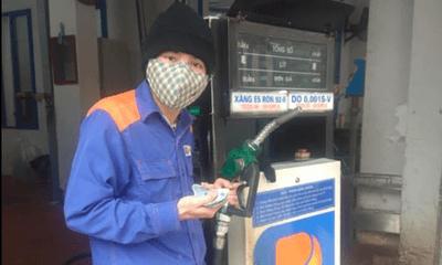 Khách lạ quên mang tiền, nhân viên cây xăng đưa ra lời đề nghị xúc động vô cùng