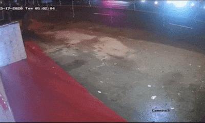Video: Tránh xe lấn làn, container chao đảo rồi tông sập nhà dân
