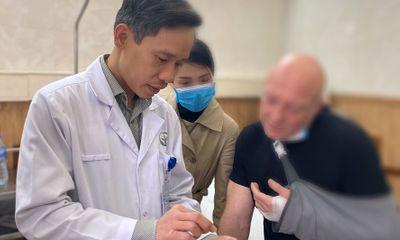 Bác sĩ Việt đã phẫu thuật thành công, giữ lại được ngón tay cho bệnh nhân người Pháp