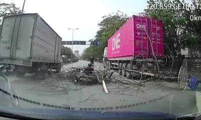 Video: Kinh hãi cảnh cây bên đường bất ngờ bật gốc, quật ngã hai người đi xe máy