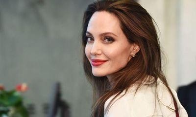 Minh tinh Angelina Jolie ủng hộ 1 triệu USD cho học sinh nội trú