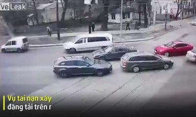 Video: Đâm xe tốc độ cao, 2 người đàn ông văng ra khỏi ô tô