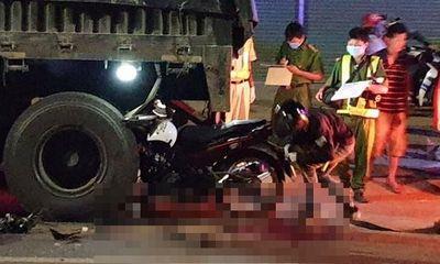 Va chạm kinh hoàng với xe đầu kéo, hai thanh niên đi xe máy tử vong