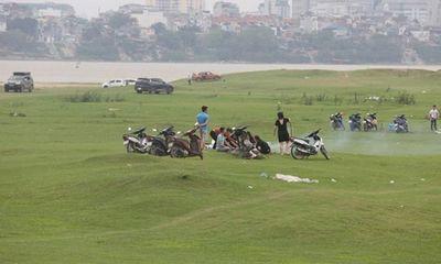 Giữa dịch Covid-19, nhiều người vẫn vui chơi, cắm trại ở chân cầu Vĩnh Tuy