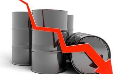 Giá xăng dầu tiếp tục bị ghìm xuống mức thấp nhất sau 17 năm