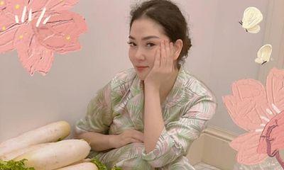 Hoa hậu Nguyễn Thị Huyền để lộ hình ảnh con gái trong clip khoe đồ ăn