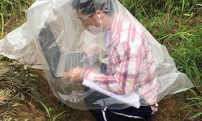 Nam sinh leo đồi, trùm áo mưa học online, từ chối vào trụ sở UBND ngồi học vì lý do đặc biệt