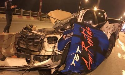 Xe bán tải Chevrolet Colorado văng bánh, bay nóc trên cầu Vĩnh Tuy, một người tử vong