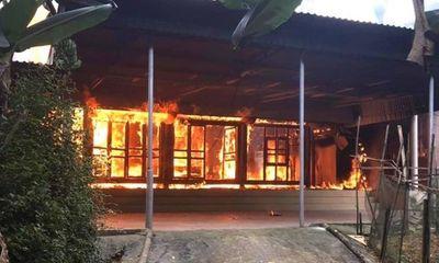 Ngôi nhà gỗ 3 gian bỗng dưng bốc cháy dữ dội ở Hà Tĩnh