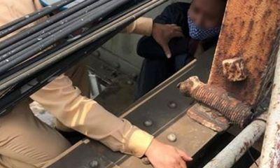 Hà Nội: Chốt kiểm dịch kịp thời ngăn cản người đàn ông định nhảy cầu