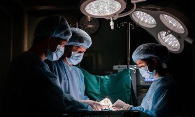 Ê kíp phẫu thuật mất hơn 5 giờ để nạo vét các khối silicon vón cục trong ngực nữ bệnh nhân