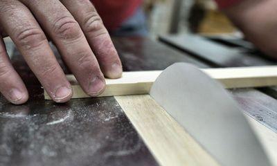 Bất ngờ với lưỡi cưa bằng giấy cắt được cả gỗ