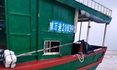 Phát hiện tàu không người lái, có dòng chữ Trung Quốc dạt vào bờ biển Quảng Bình