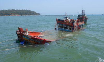 Quảng Ngãi: Cứu kịp thời 3 ngư dân bị chìm tàu trên biển