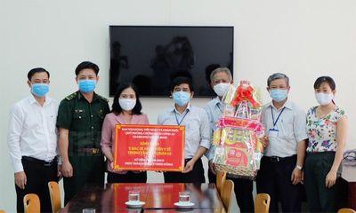 TP.HCM: Tặng quà thăm hỏi các nhân viên y tế tại trung tâm cách ly