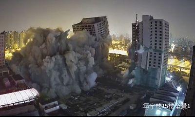 """Trung Quốc cho đánh sập 4 cao ốc bỏ hoang 20 năm trên đất """"vàng"""""""