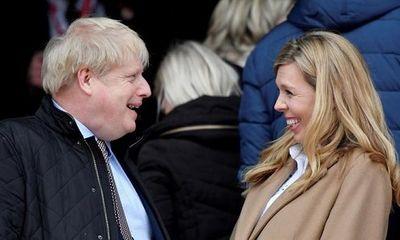 Thủ tướng Anh cùng hôn thê hạnh phúc đón con trai đầu lòng
