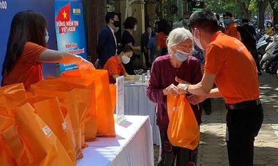 """Tư vấn tiêu dùng - Chương trình """"Vững niềm tin Việt Nam"""" tặng gần 6.000 suất nhu yếu phẩm cho người dân chịu ảnh hưởng bởi dịch Covid-19"""