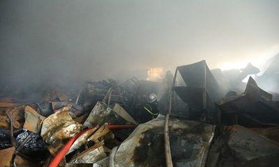 Cháy kinh hoàng ở Khu công nghiệp Phú Thị, khói đen bốc lên ngùn ngụt