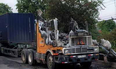 Tin tai nạn giao thông mới nhất ngày 9/5/2020: Tài xế bung cửa thoát khỏi cabin khi xe đầu kéo bất ngờ bốc cháy